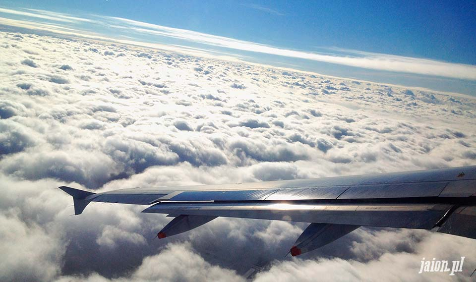 blog_o_ameryce_usa_samolot_skrzydlo_odlot_lotnisko_chmury_niebo